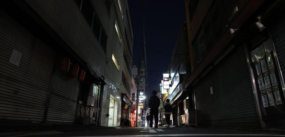 臨時休業を伝える貼り紙をした店が目立つ繁華街=2020年4月10日、東京都内