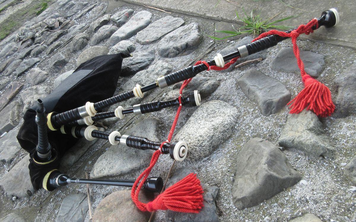 写真・図版 : スコットランドの「グレート・ハイランド・バグパイプ」。5本のパイプとバッグで構成される