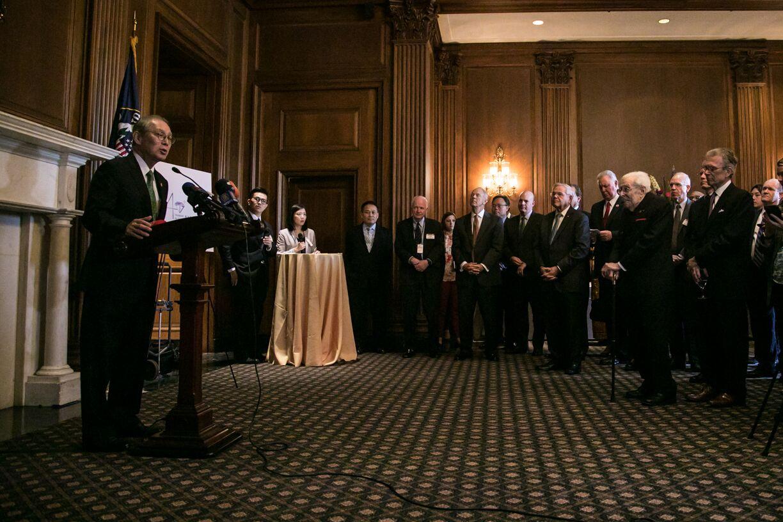 写真・図版 : 米議会議事堂で開かれたレセプションで挨拶する台北経済文化代表処の高碩泰代表(左)=ワシントン、ランハム裕子撮影、2019年5月8日