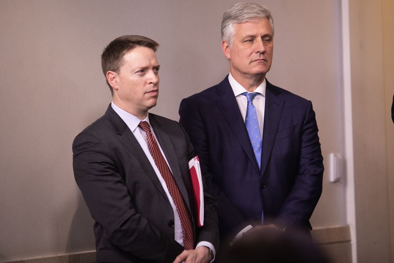 写真・図版 : ホワイトハウスで記者会見に出席するマット・ポッティンジャー大統領副補佐官(左)=ワシントン、ランハム裕子撮影、2020年1月31日