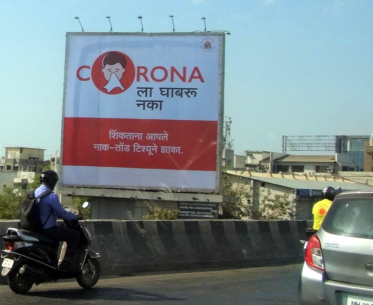 写真・図版 : コロナウイルスへの注意を呼び掛ける看板=3月、ムンバイで藤原秀人撮影