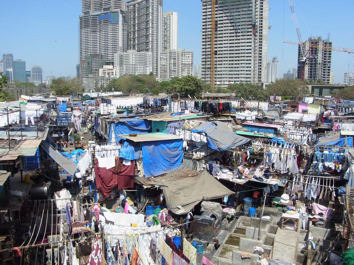 写真・図版 : 洗濯業の集中するスラム「ドービー・ガート」=3月、ムンバイで藤原秀人撮影