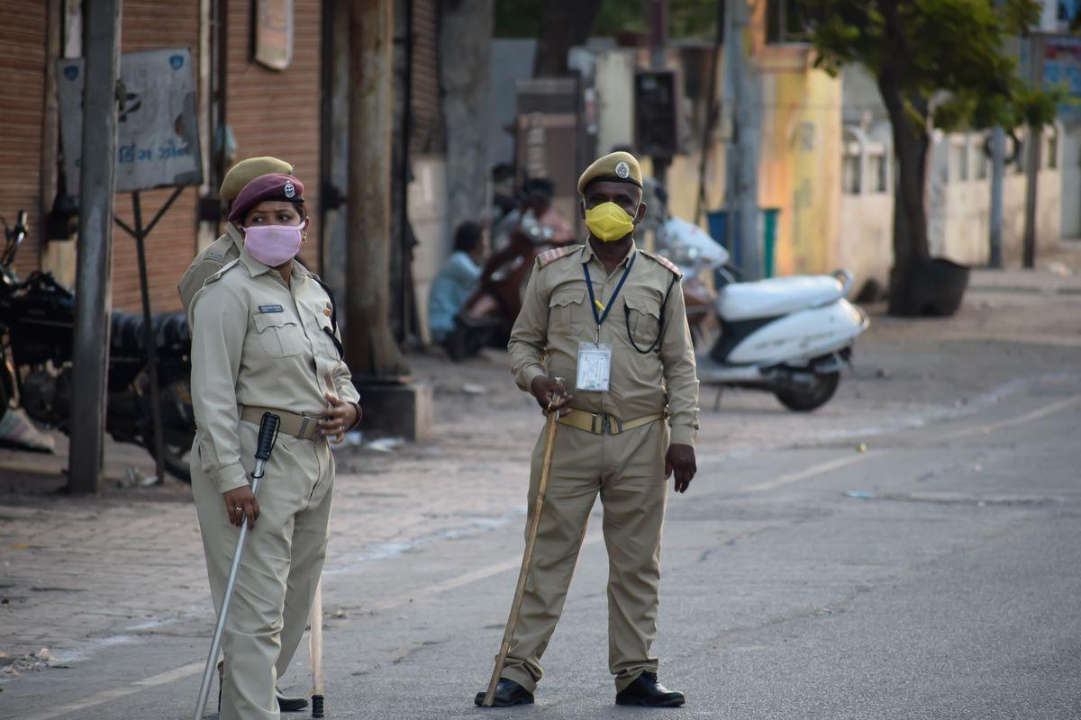 写真・図版 : 新型コロナの感染拡大を防ぐため、人々が歩き回るのを阻止する役割を警察が負う=4月5日、インド・グジャラート州、Kunal Mahto / Shutterstock.com
