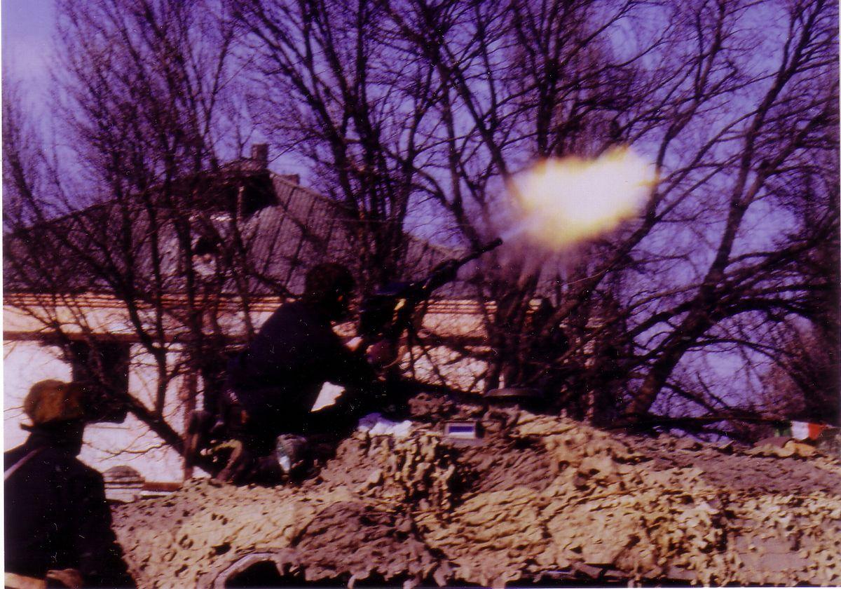 写真・図版 : チェチェン紛争下のチェチェン共和国で、攻撃を続ける独立派武装勢力=1995年、グロズヌイ(筆者撮影)