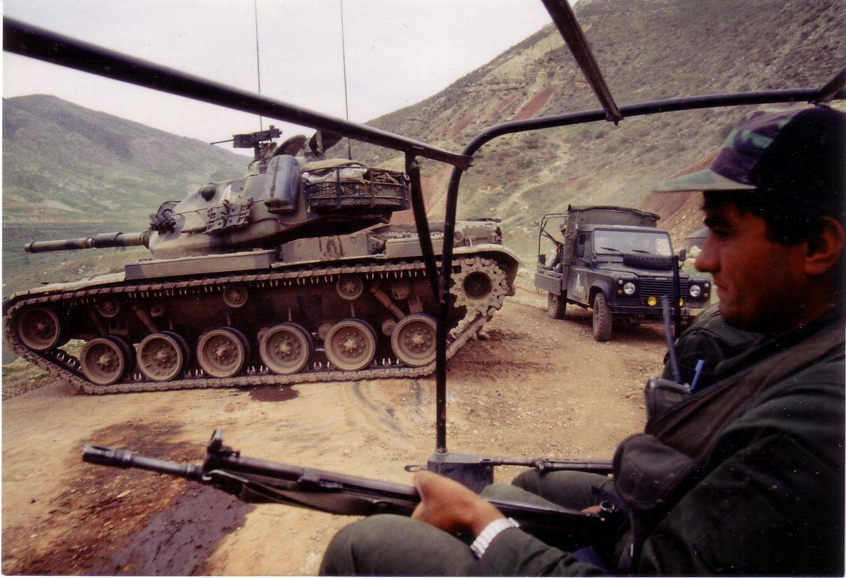 写真・図版 : イラクに侵攻するトルコ軍=1995年、イラクのクルド人地域(筆者撮影)