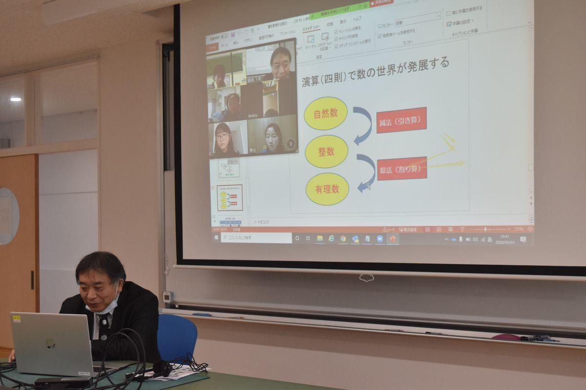 写真・図版 : テレビ会議アプリを用いて行われた数学のオンライン授業。教員の解説を生徒らは自宅で聞いた=2020年5月1日、盛岡中央高校付属中学校