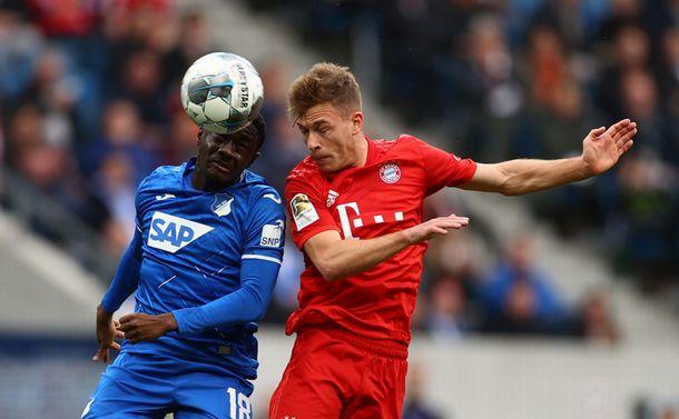 写真・図版 : 5月中旬に再開するドイツ1部リーグで首位を走るバイエルン・ミュンヘンのキミヒ(右)=ロイター