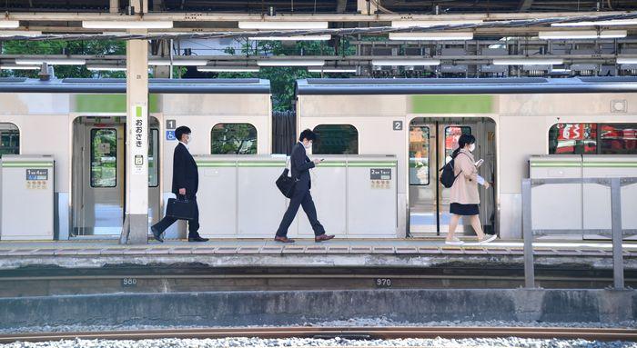 写真・図版 : 大型連休が明け、マスク姿で通勤する乗客=2020年5月7日、東京都品川区区、恵原弘太郎撮影