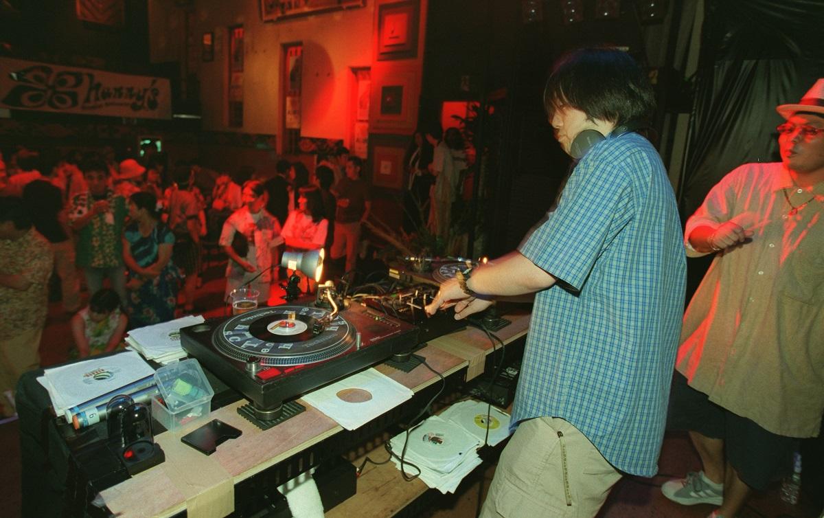 DJ ARAKI(中央)は、日本で唯一のレコードプレス会社の社員でもある=東京都渋谷区円山町の「CLUB ASIA」(クラブエイジア)で1999年