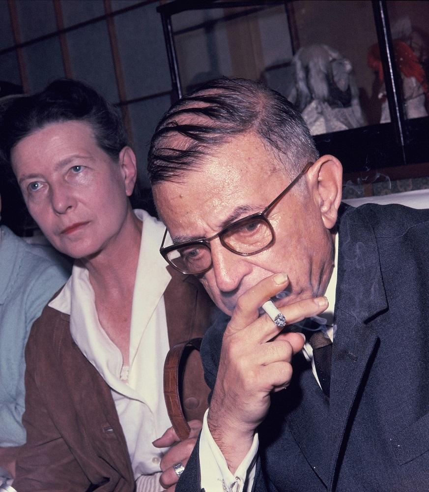 写真・図版 : 来日したサルトル。左はボーヴォワール=1966年9月18日