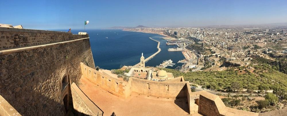 写真・図版 : カミュ『ペスト』の舞台になったアルジェリアの都市オラン Shutterstock.com