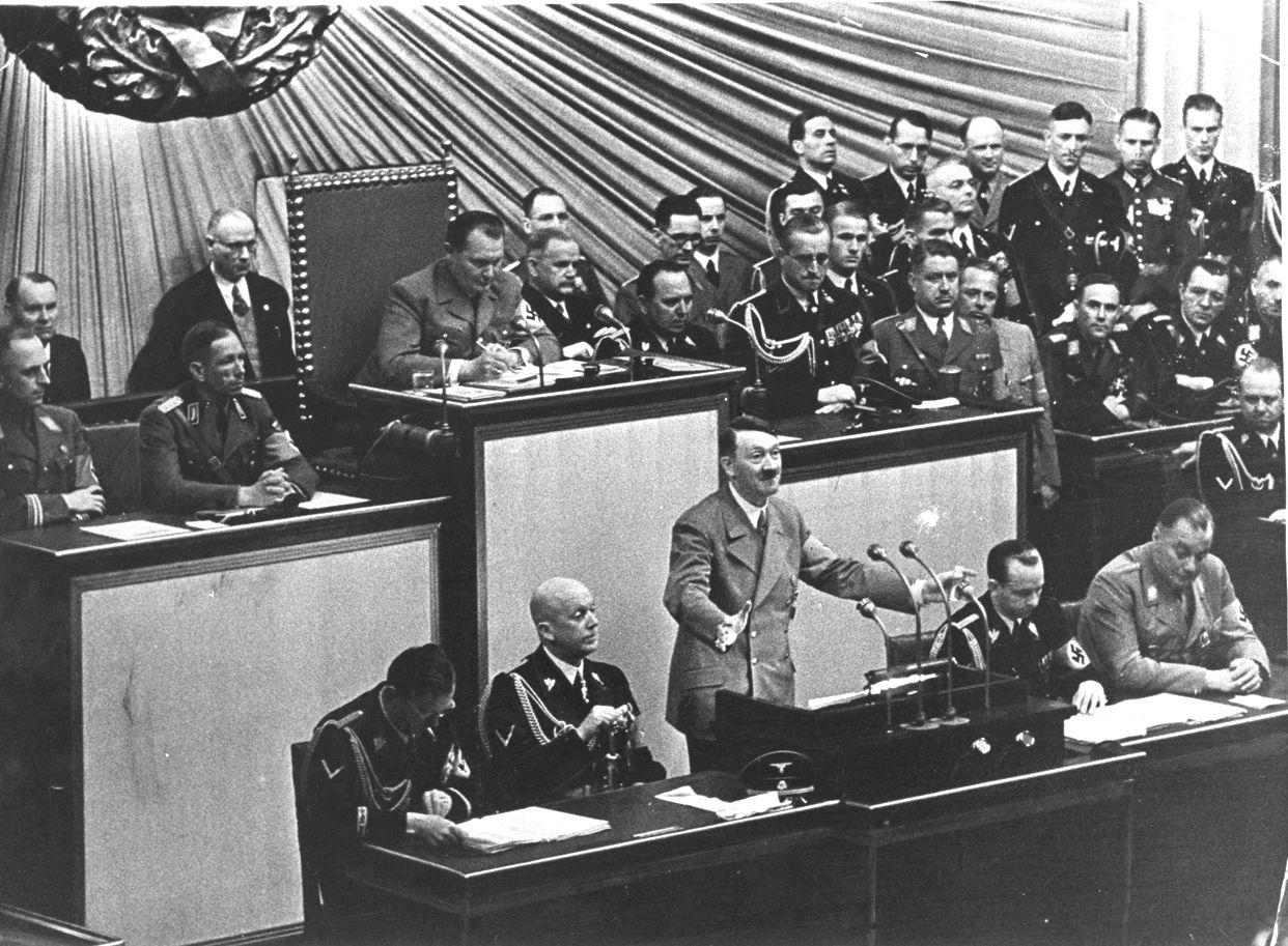 写真・図版 : ドイツ議会で演説をするアドルフ・ヒットラー総統=1939年4月28日