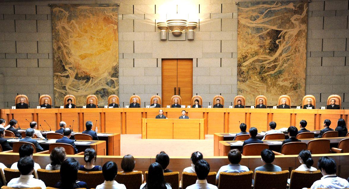 写真・図版 : 参院選の「一票の格差」訴訟の弁論を開く最高裁大法廷=2012年9月12日、東京都千代田区