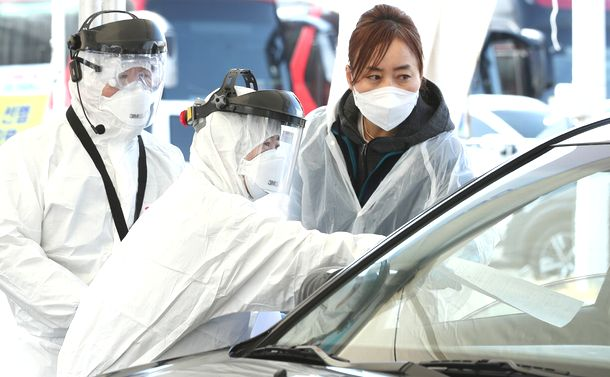 写真・図版 : ソウル郊外の高陽市でのドライブスルー方式検査=同市提供