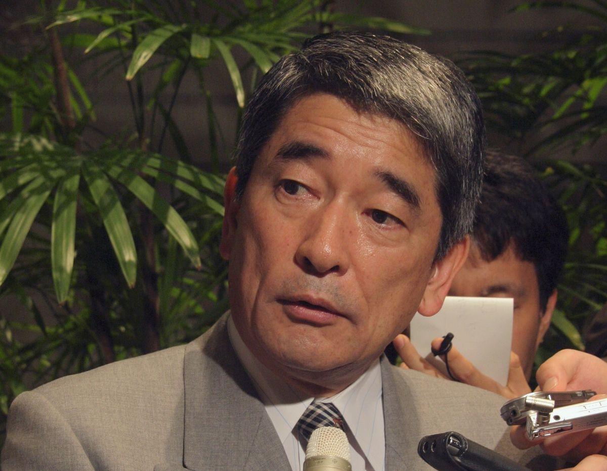 写真・図版 : 辞任を前に記者の質問に答える岡本行夫首相補佐官=2004年3月29日、首相官邸