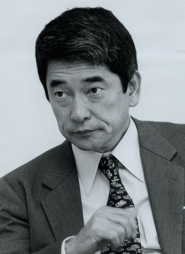 写真・図版 : 沖縄担当の岡本行夫・首相補佐官=1996年11月20日、東京・永田町の総理府