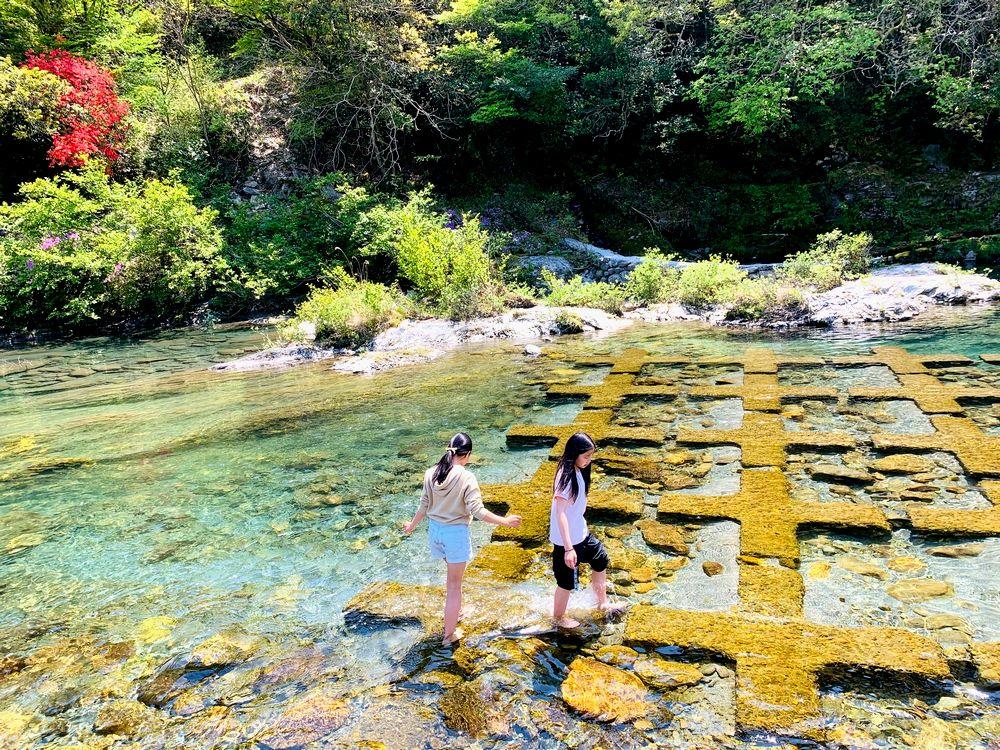 写真・図版 : 川で遊ぶ娘たち(筆者撮影)