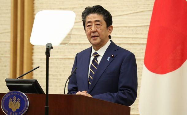 写真・図版 : 緊急事態宣言を出した後、記者会見する安倍晋三首相=2020年4月7日、首相官邸