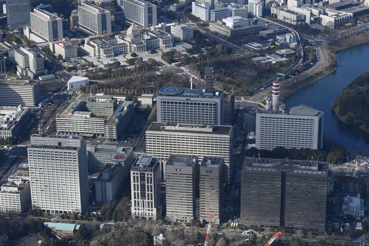 写真・図版 : 霞が関官庁一帯と国会議事堂(奥)