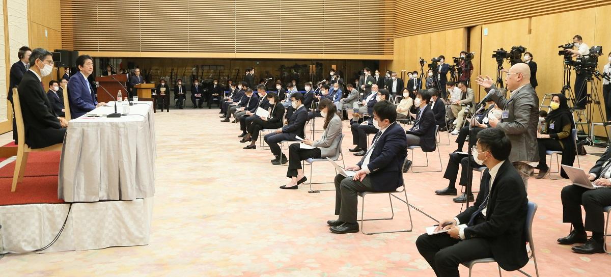 写真・図版 : 緊急事態宣言の延長を発表した首相会見で質問する大川興業の大川豊総裁=2020年5月4日