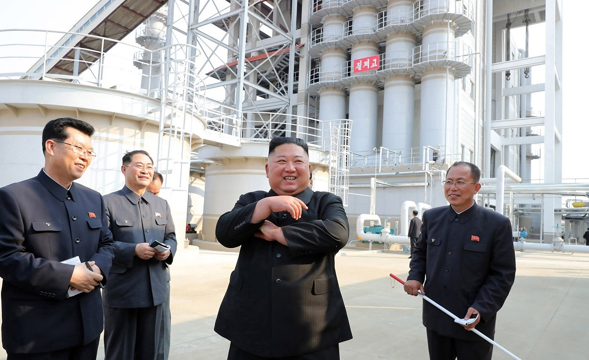 写真・図版 : 竣工した肥料工場を視察する金正恩朝鮮労働党委員長。朝鮮中央通信が5月2日に配信した=朝鮮通信