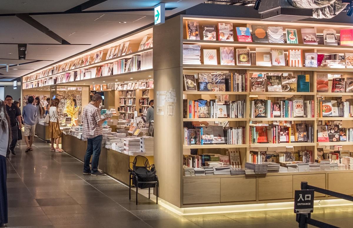 写真・図版 : 東京都は、書店を「社会生活を維持するうえで必要な施設」としている=MAHATHIR MOHD YASIN/Shutterstock.com