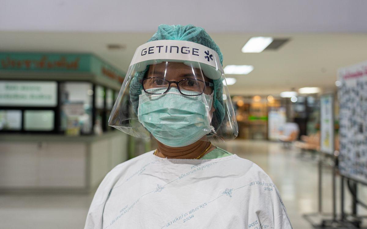 写真・図版 : タイのバンコクにある政府運営施設で働く看護助産師が防護具を装着し、COVID-19病棟に向かう。(写真:UN Womenアジア・太平洋地域事務所)