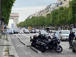 写真・図版 : 賑わいが戻ったシャンゼリゼ大通り=2020年5月12日(筆者撮影)