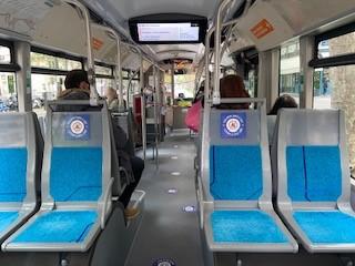 写真・図版 : 1メートル間隔厳守のバスの座席=2020年5月12日(筆者撮影)