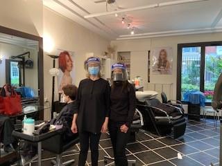 写真・図版 : 美容院のスタッフはでマスク着用=2020年5月12日(筆者撮影)