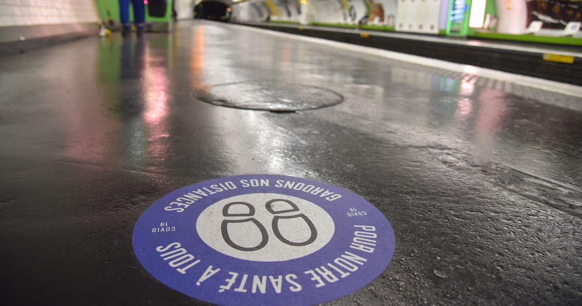 写真・図版 : パリの地下鉄ホームに貼られた「距離をとろう。私たちみんなの健康のために」と記されたマーク=2020年5月11日、疋田多揚撮影
