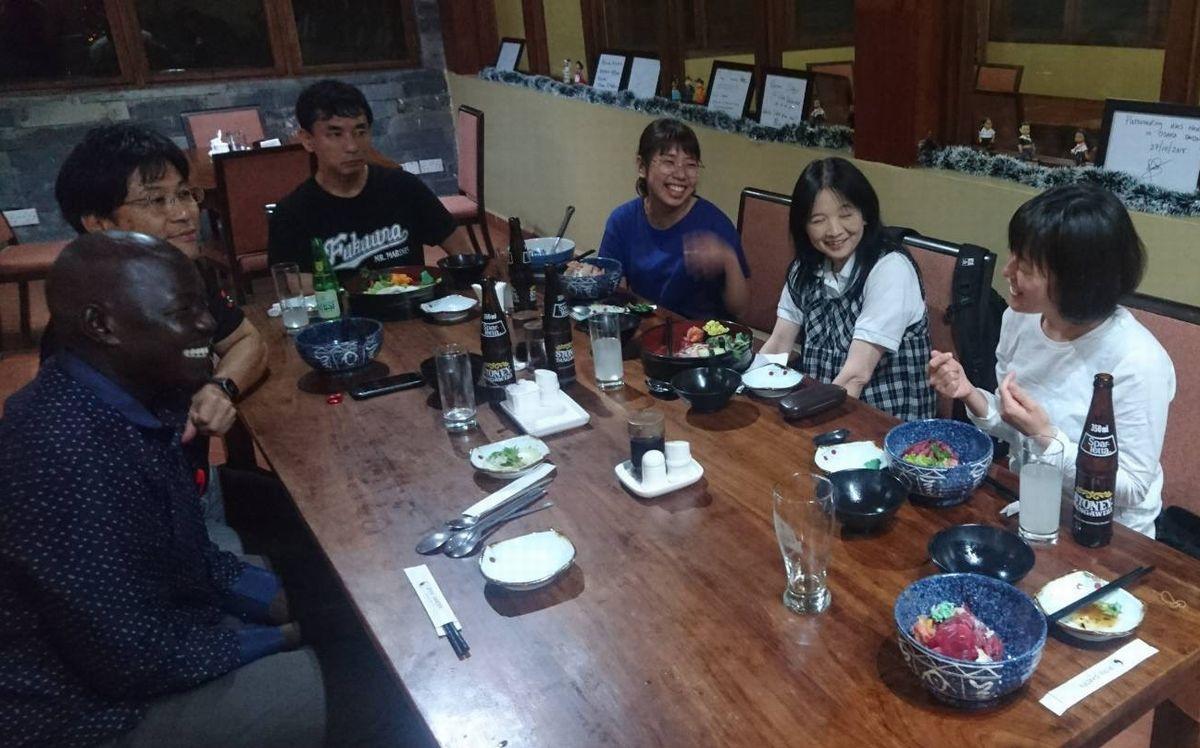 写真・図版 : ダルエスサラーム市内にある日本料理レストラン「Osaka」で、ピーターに質問するアフ友のメンバーたち。