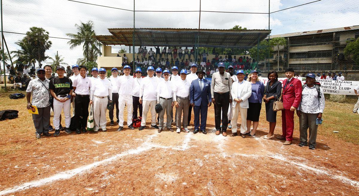写真・図版 : タンザニア甲子園大会は支援者の協力で成り立つ。中央のスポーツ大臣を囲んで、右方向にマカタタンザニア野球連盟会長、在タンザニア日本大使館後藤大使、アメリカ大使館書記官、ザンジバル野球連盟名誉会長・島岡強氏。左方向に、大阪北ロータリークラブのみなさん、トヨタ通商の田中氏ら。©Teruaki Iida JPS2194