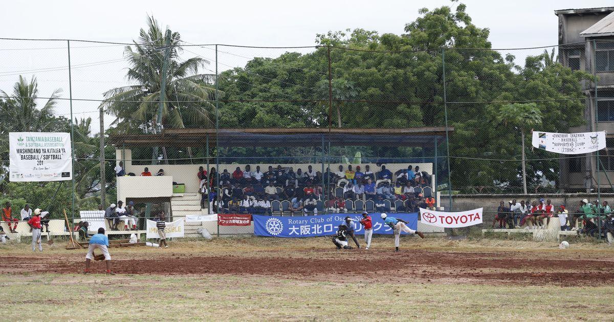 写真・図版 : 熱戦が繰り広げられた第7回タンザニア甲子園大会の試合風景。©Teruaki Iida JPS2194