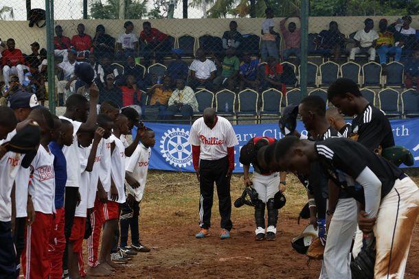 写真・図版 : タンザニア野球の伝統となった試合終了の礼!塁審ピーターも深々と礼をする。©Teruaki Iida JPS2194