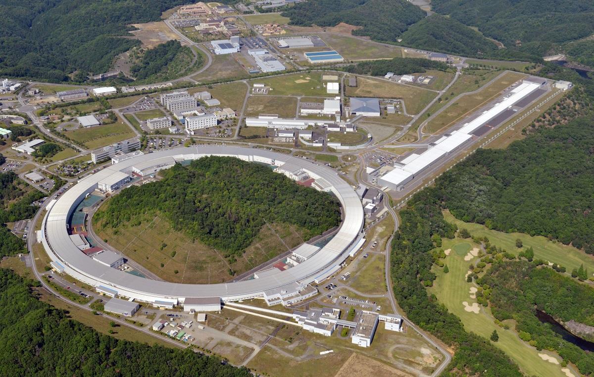 写真・図版 : 大型放射光施設「スプリング8」(画面下)と、X線自由電子レーザー施設「SACLA」(画面右上)=2013年、兵庫県佐用町、朝日新聞社ヘリから