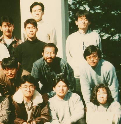 写真・図版 : 京都府の「松下電器産業国際研究所」時代の難波啓一氏(下から2段目右)と藤吉好則氏(下から2段目中央)。1995年撮影