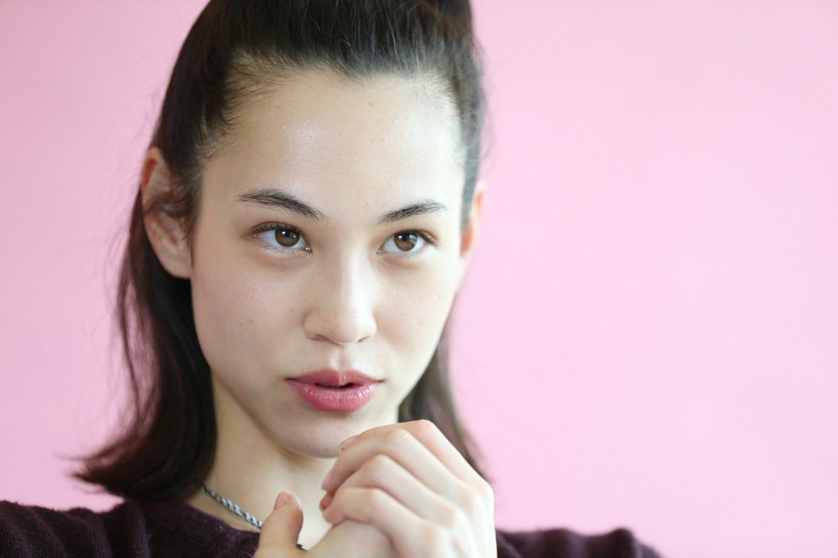写真・図版 : 差別問題に発言を続けるモデルの水原希子さん