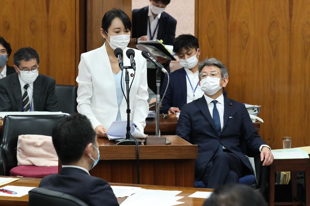 衆議院内閣委員会で答弁する森雅子法相。右は武田良太・国家公務員制度担当相=2020年5月15日