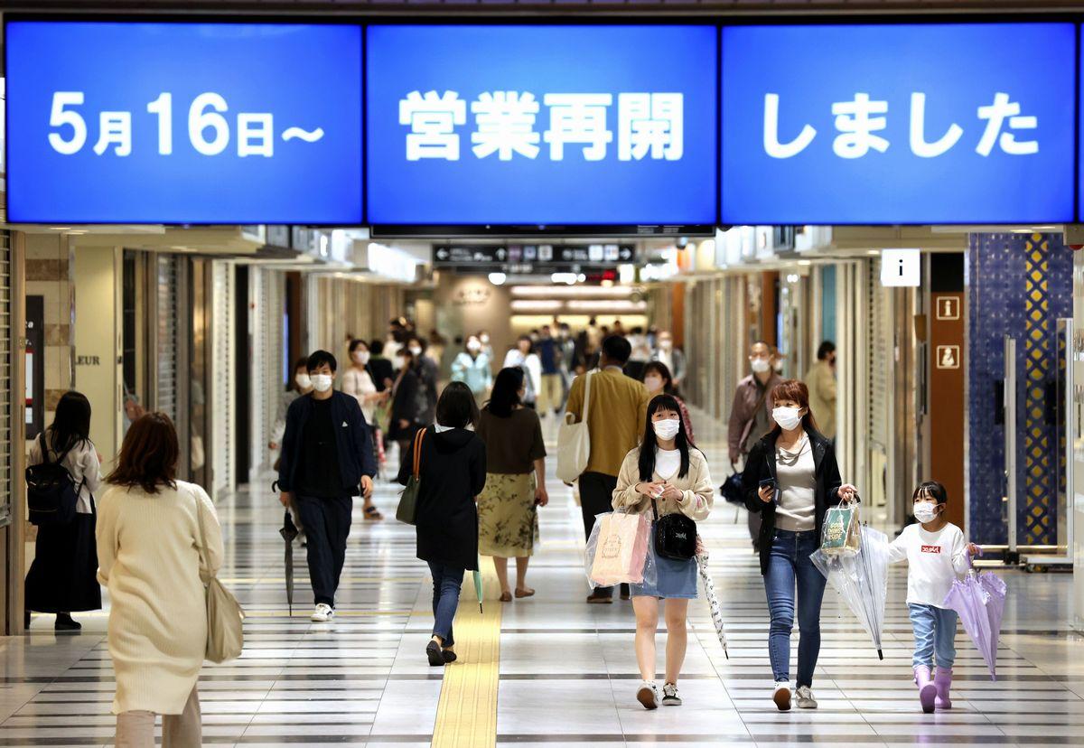 写真・図版 : 緊急事態宣言が解除された京都で営業を再開したショッピングモール「ポルタ」では、一部休業中の店舗もある中、マスクを着けて買い物を楽しむ人たちの姿が見られた=2020年5月16日午後5時34分、京都市下京区