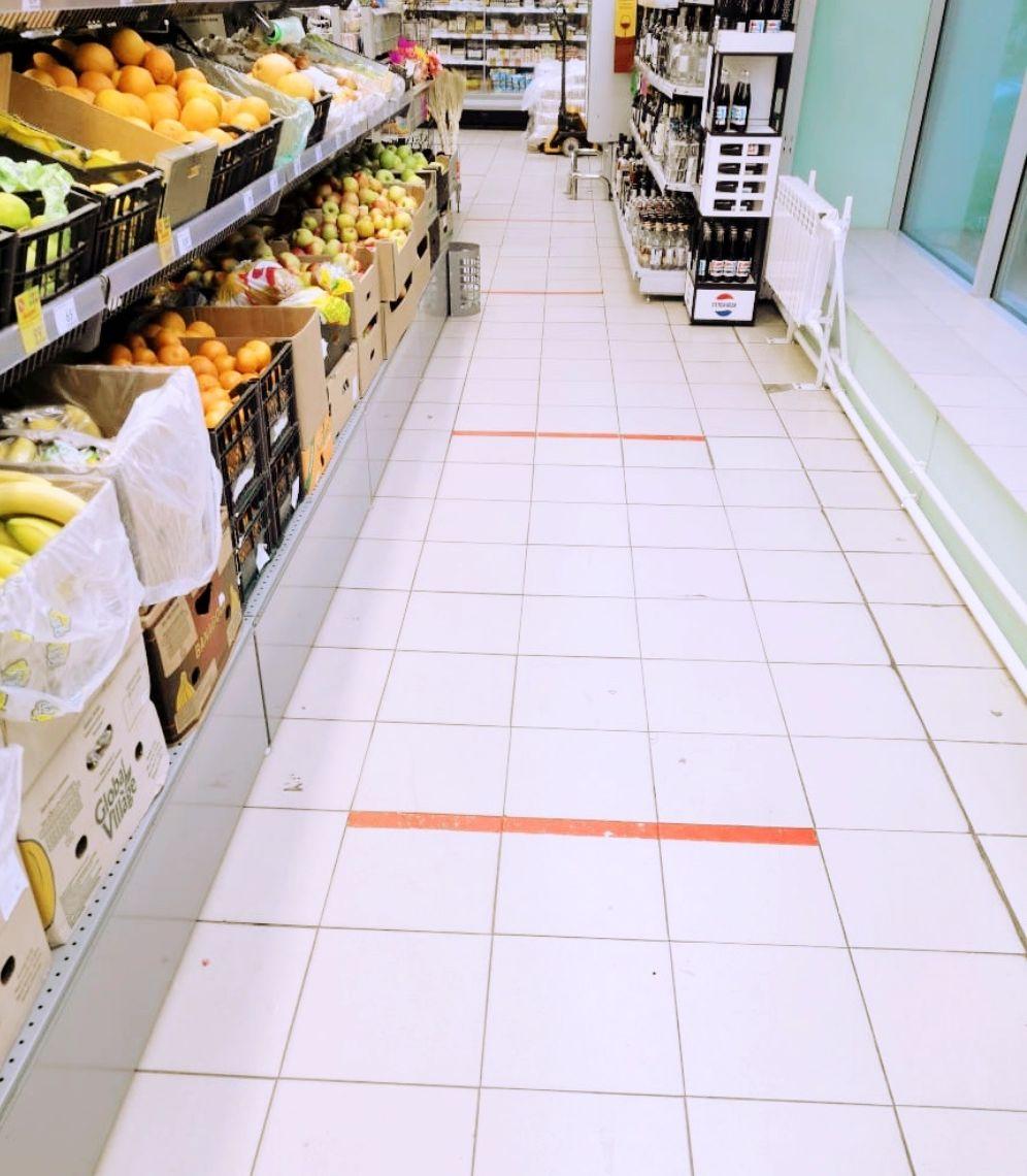 写真・図版 : スーパーでのソーシャルディスタンス(社会的距離)を保つためのライン。(写真提供:ガリーナ・ゲンナーデブナ)