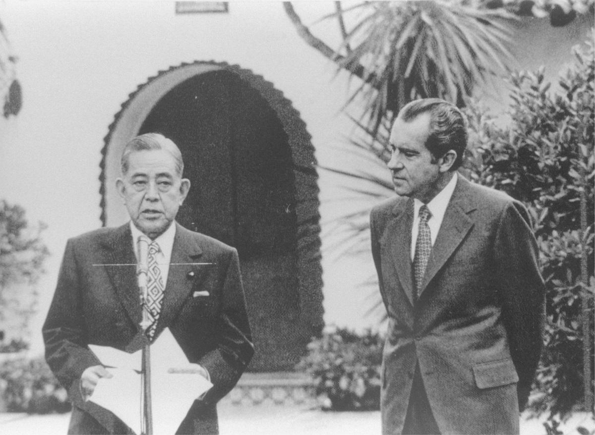 写真・図版 : 日米共同声明を発表する佐藤栄作首相(左)とニクソン大統領=1972年1月、米国・サンクレメンテ