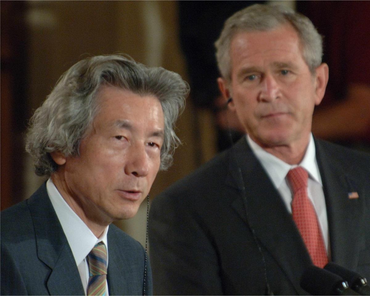 写真・図版 : 共同記者会見に臨む小泉純一郎首相(左)とブッシュ大統領=2006年6月、米国・ワシントン