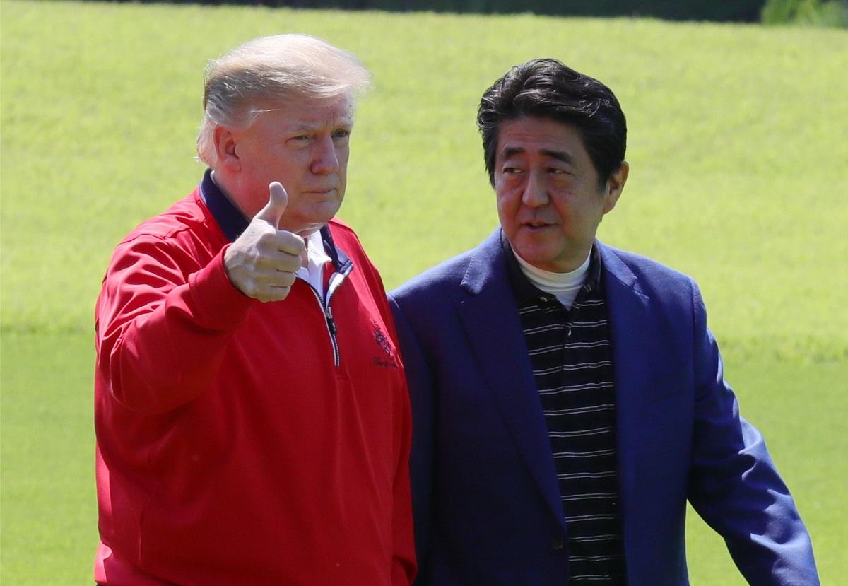 写真・図版 : 安倍晋三首相(右)の出迎えを受けるトランプ大統領=2019年5月、千葉県茂原市のゴルフ場