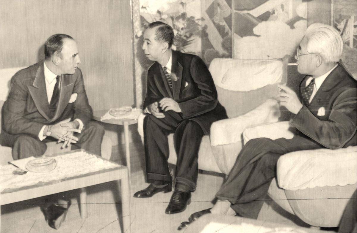 写真・図版 : 外相公邸で日米安全保障条約改定の第1回会談に臨む岸信介首相(中央)。左はマッカーサー大使、右は藤山愛一郎外相=1958年10月、東京・芝白金