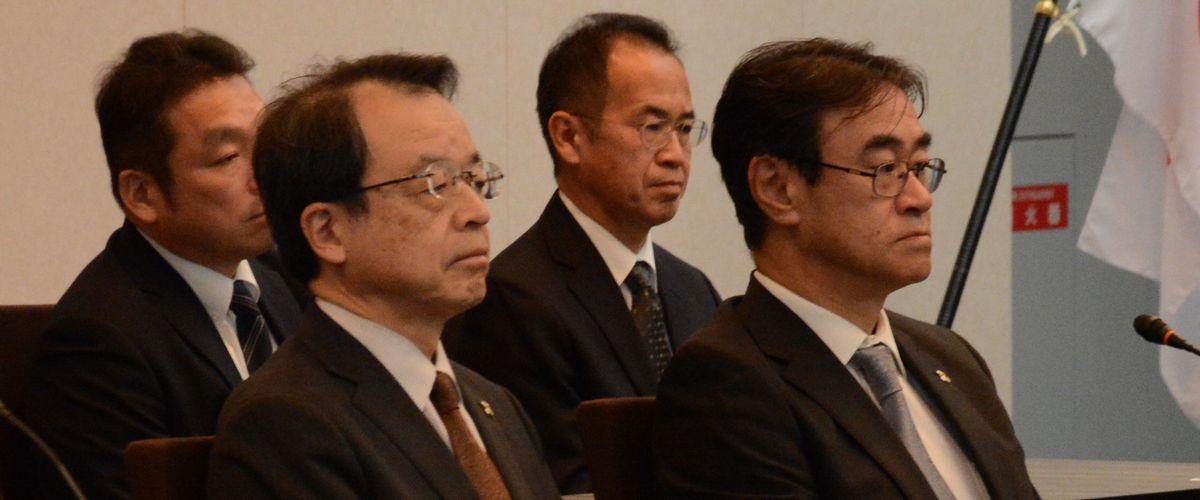 写真・図版 : ともに総長候補とされた東京高検の黒川弘務検事長(右)と名古屋高検の林真琴検事長(左)が検察の幹部会議で肩を並べた=2020年2月19日、法務省