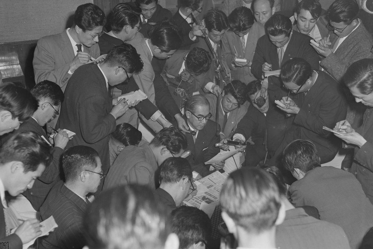 写真・図版 : 造船疑獄で、東京地検は佐藤栄作自由党幹事長の収賄容疑での逮捕許諾を請求。これに対し、犬養健法相は、重要法案審議中を理由に指揮権を発動し、逮捕を無期限に延期させ、任意捜査に切り替えさせた。写真は、辞表提出後に大臣室で記者会見する法相=1954年4月21日