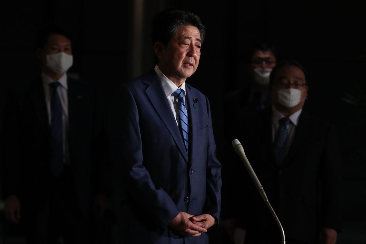 写真・図版 : 検察庁法改正案の今国会での成立断念について取材に応じる安倍晋三首相=2020年5月18日、首相官邸