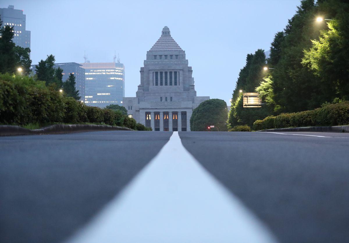 写真・図版 : 検察庁法改正案の今国会での成立は断念されたが……=2020年5月18日夕、東京・永田町