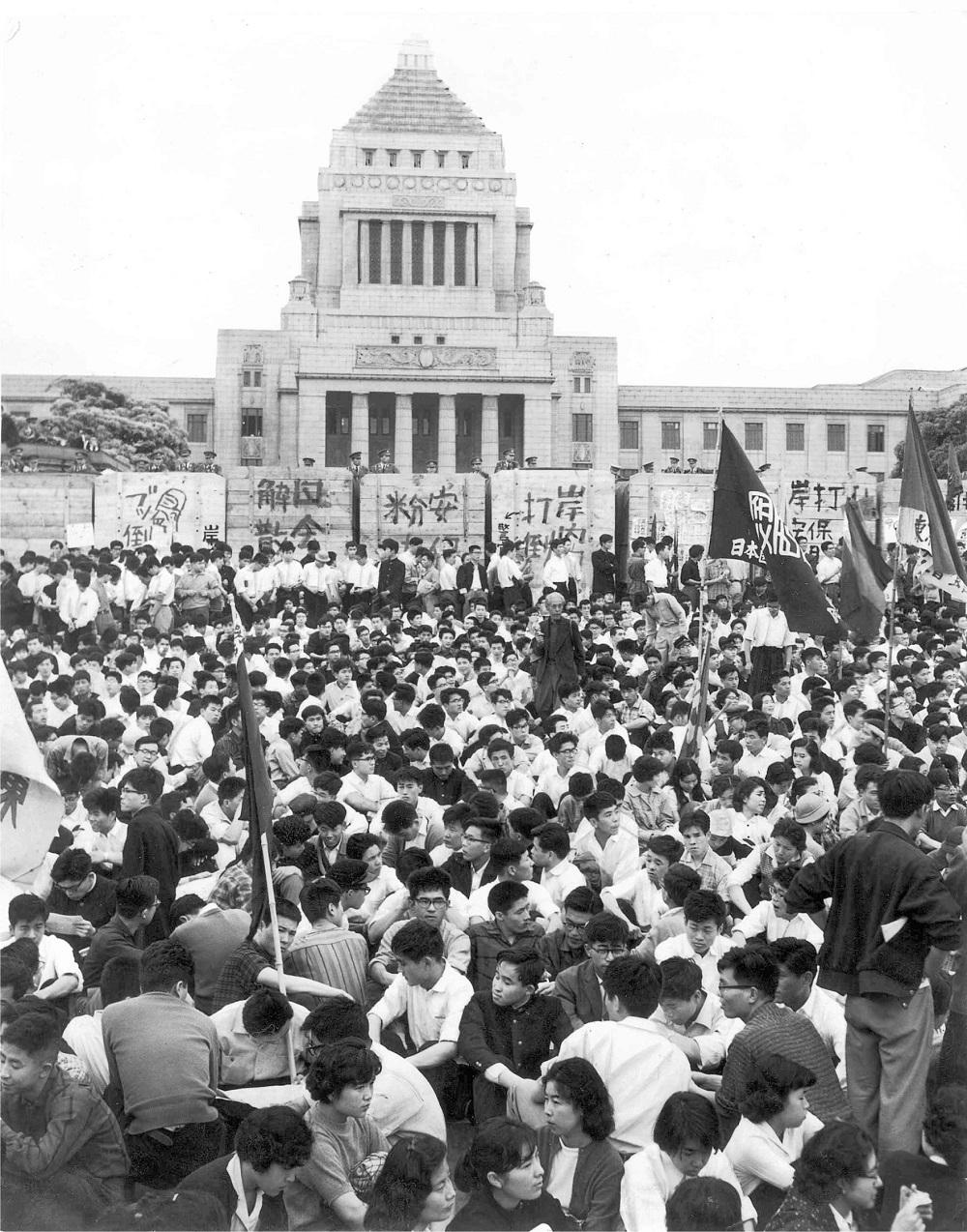 写真・図版 : 安保条約改定に反対して国会を取り囲むデモ隊=1960年
